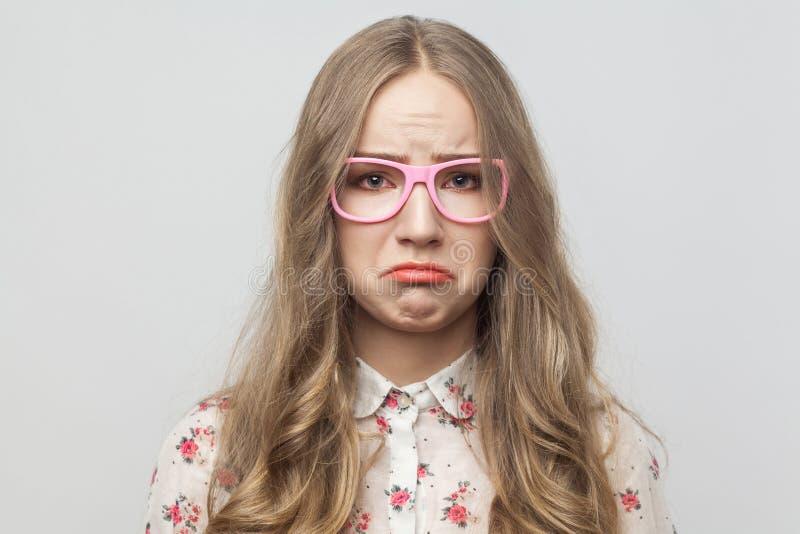 Portret van ongelukkig mooi meisje, die ay camera en schreeuw kijken stock foto's
