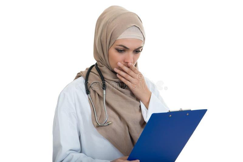 Portret van ongerust gemaakte moslim vrouwelijke Medische geïsoleerde artsenholding paperclip stock afbeelding