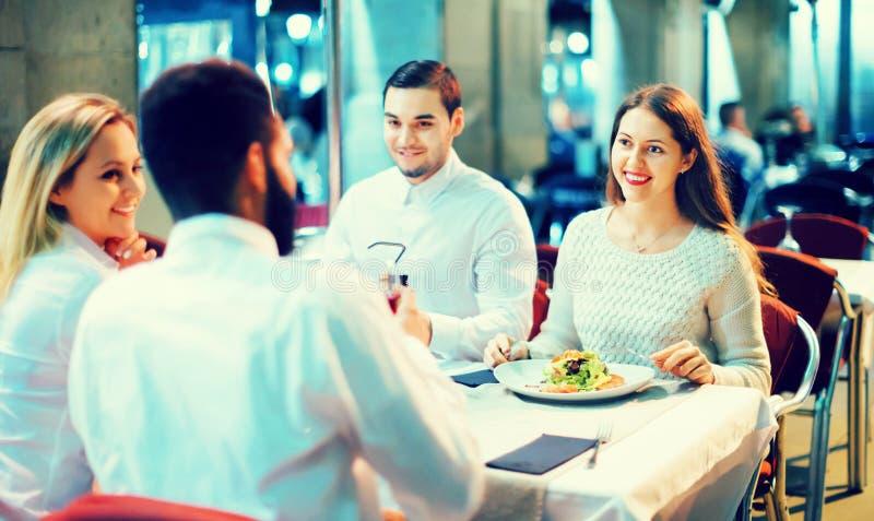 Portret van ontspannen en gelukkige glimlachende volwassenen die diner hebben stock afbeelding