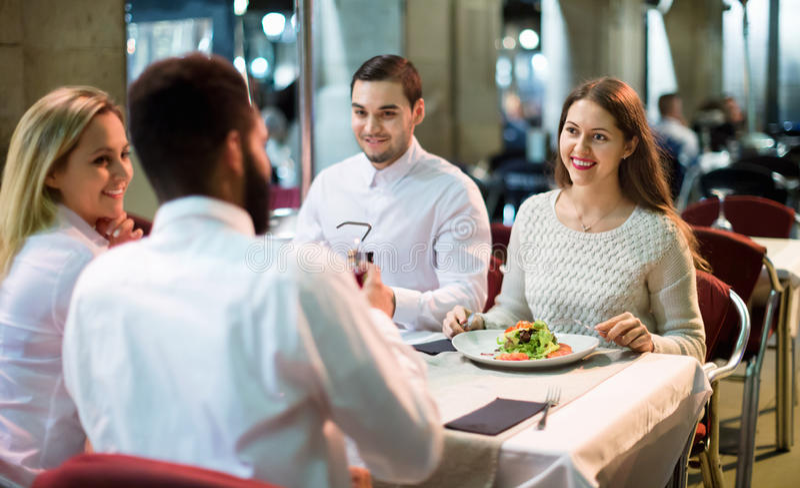 Portret van ontspannen en gelukkige glimlachende volwassenen die diner hebben royalty-vrije stock fotografie