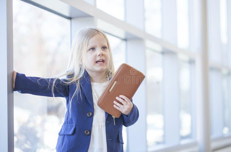 Portret van ontstemd bazig meisje in de bureaubouw royalty-vrije stock afbeeldingen