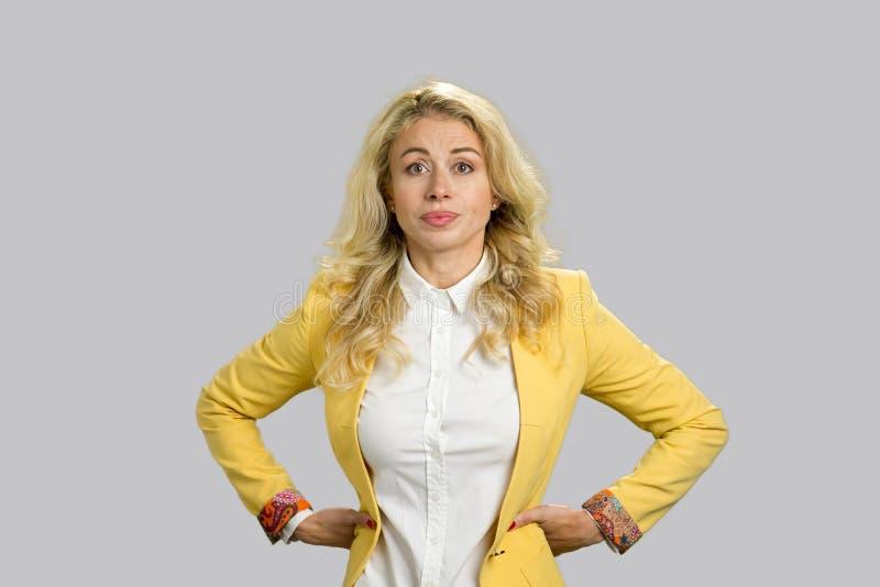 Portret van ontstemde jonge bedrijfsvrouw royalty-vrije stock afbeelding