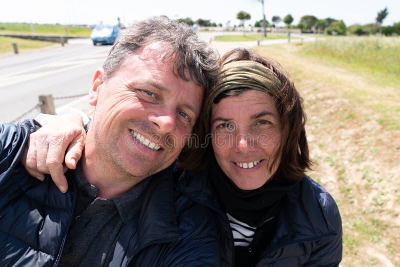 Portret van in openlucht gelukkig paar die selfie foto met smartphone maken royalty-vrije stock fotografie