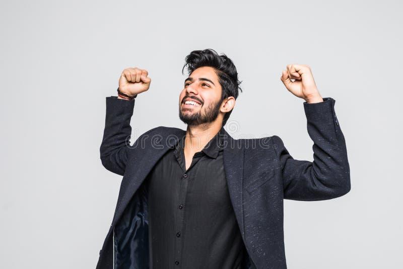 Portret van opgewekt Aziatisch Indisch zakenman het vieren succes over witte achtergrond stock afbeelding