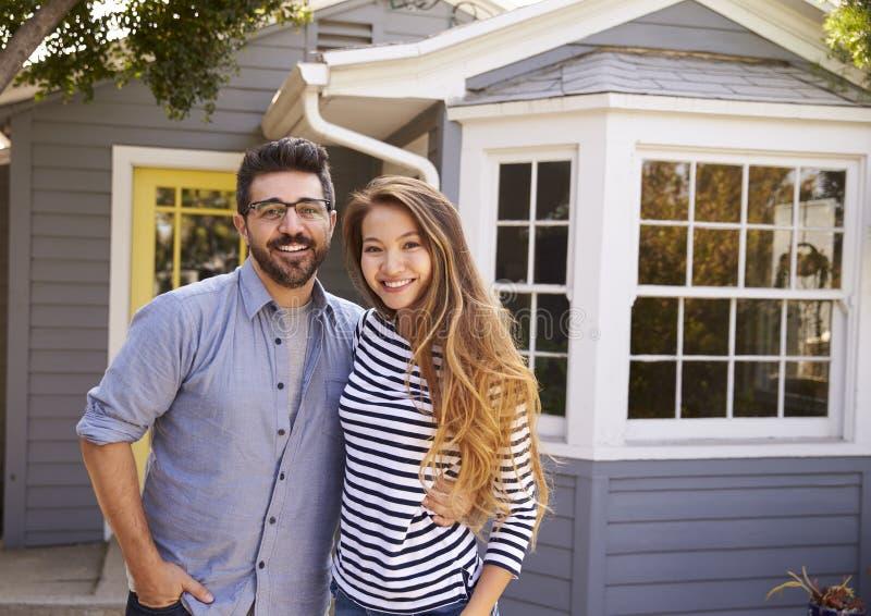 Portret van Opgewekt Paar die zich buiten Nieuw Huis bevinden royalty-vrije stock afbeeldingen