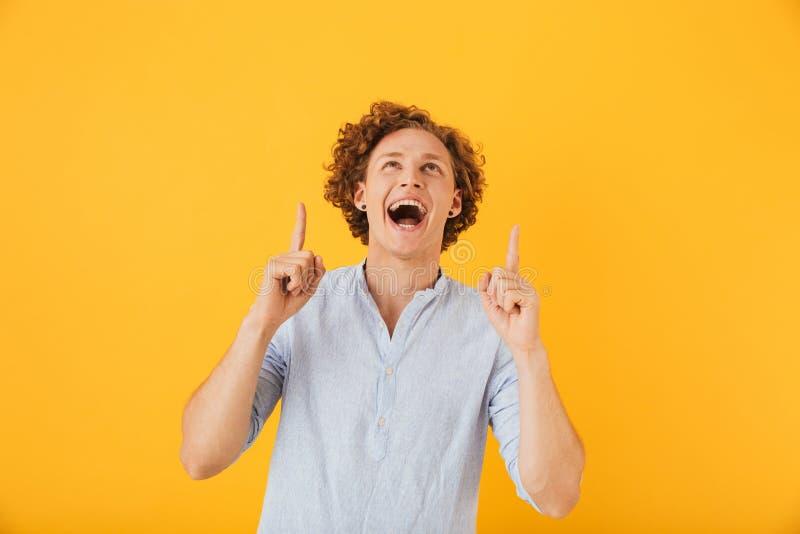 Portret van opgewekte blije mensenjaren '20 die en vingers richten lachen stock foto's