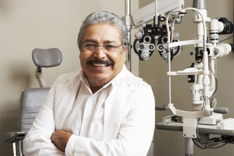 Portret van Opticien In Surgery stock foto