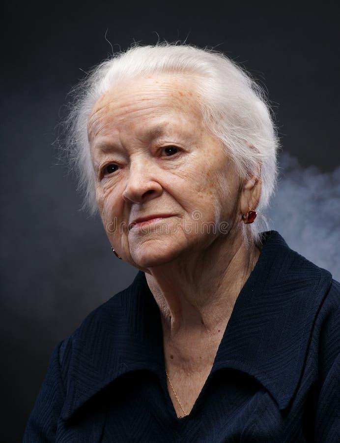 Portret van oude vrouw stock afbeeldingen