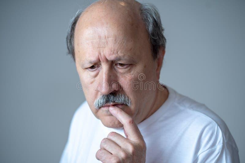 Portret van ouder volwassen mensengezicht die het proberen denken zich te herinneren stock foto