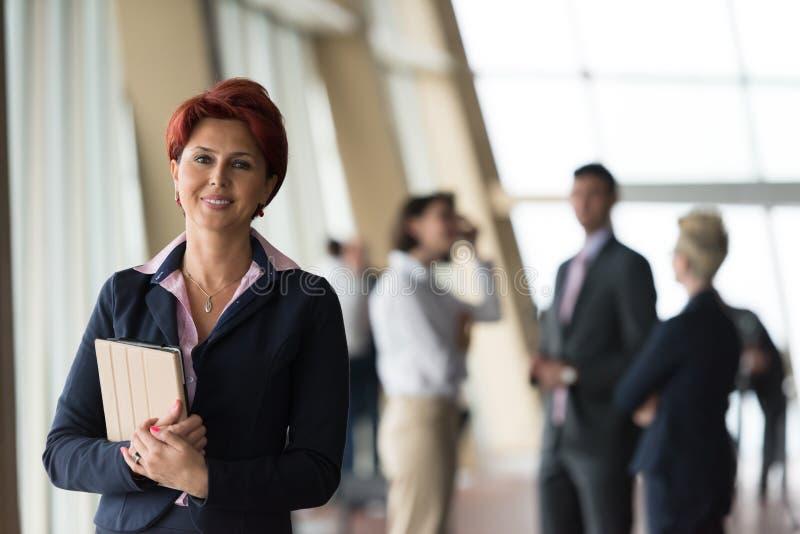 Portret van oudere bedrijfsvrouw op kantoor met tabletcomputer stock fotografie
