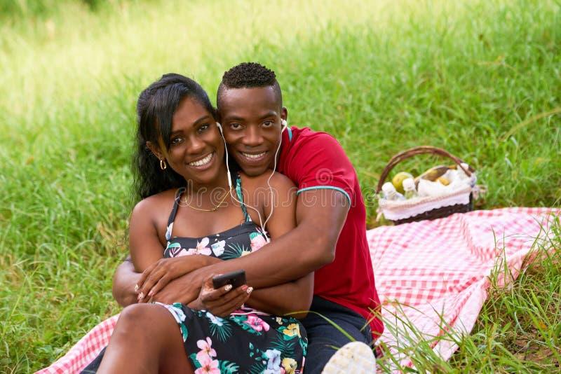 Portret van Paar die aan Muziek op Mobiele Telefoon luisteren royalty-vrije stock afbeelding