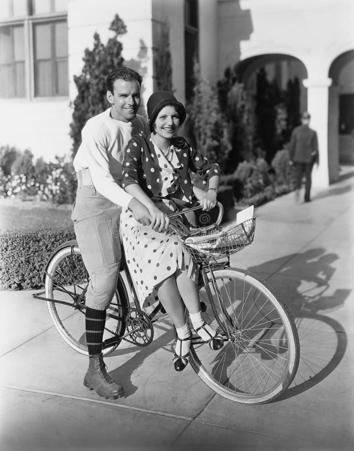 Portret van paar op fiets samen (Alle afgeschilderde personen leven niet langer en geen landgoed bestaat Leveranciersgaranties da stock fotografie