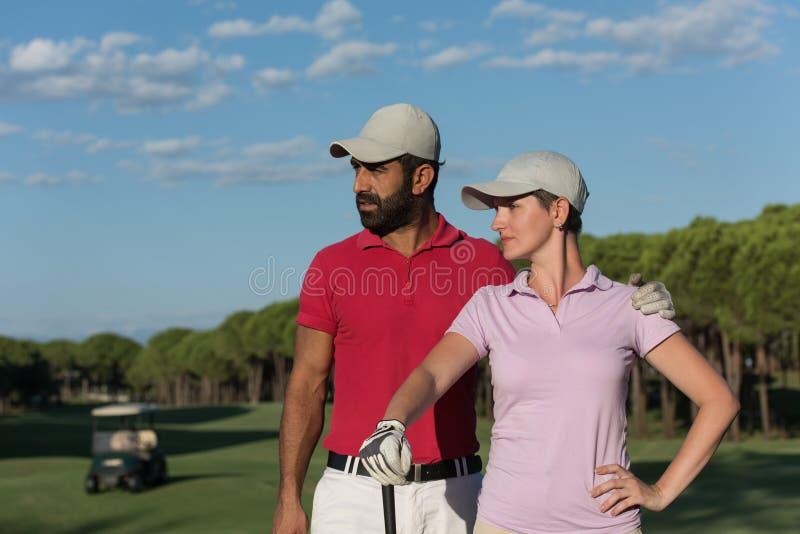 Portret van paar op golfcursus stock afbeeldingen