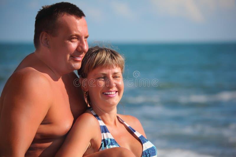 Portret van paar tegen overzees stock fotografie