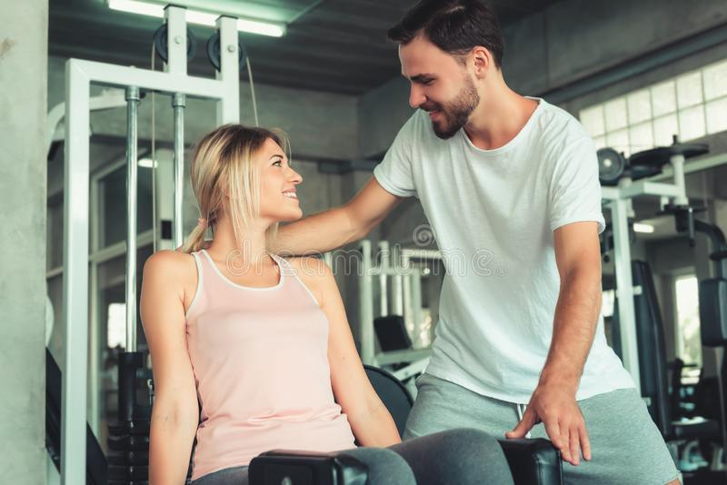 Portret van Paarliefde in Geschiktheid Opleiding met Bodybuildermateriaal , Werkt het Jonge Kaukasische Paar uit en leidt op stock afbeeldingen