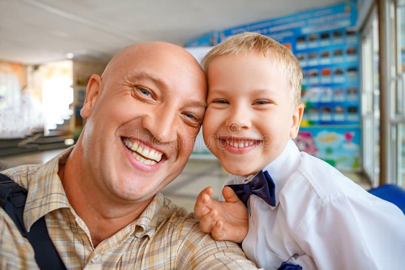 Portret van papa en zoons het gelukkige koesteren stock afbeeldingen