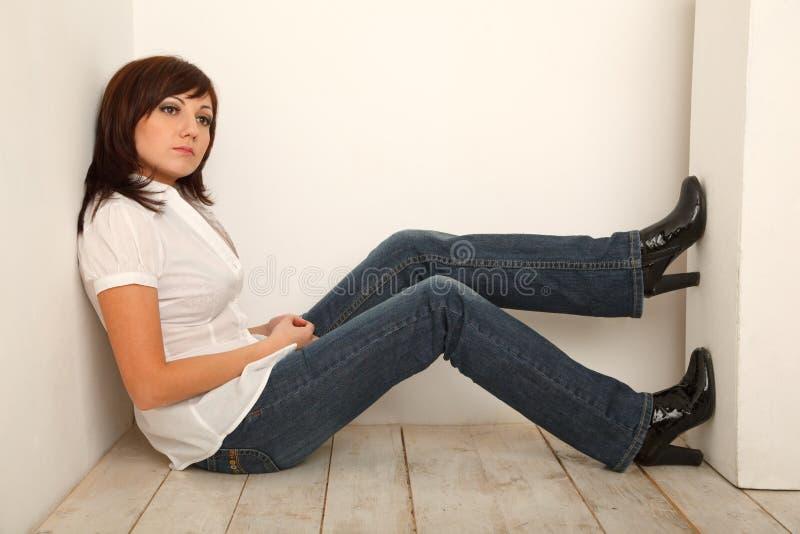 Portret van peinzend meisje in jeans en wit overhemd stock afbeeldingen
