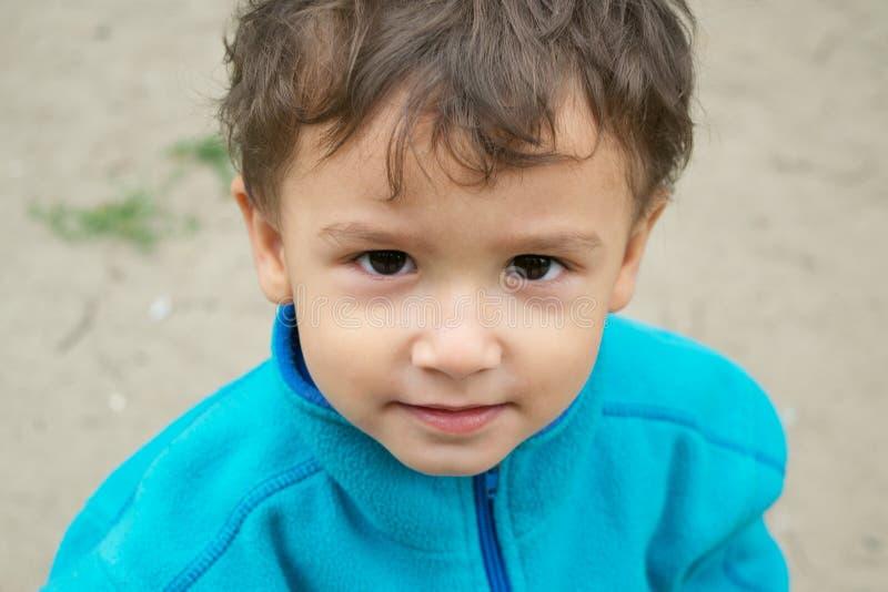 Portret van peinzende jongen stock foto's
