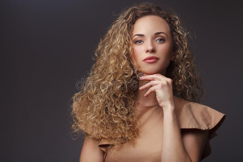 Portret van perfecte vrouw met krullend haar royalty-vrije stock foto