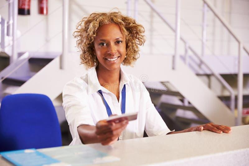Portret van Personeel bij Luchthavencontrole in Bureau stock foto