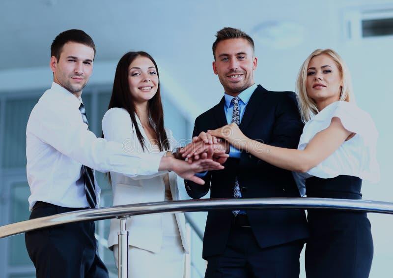Portret van positieve commerciële groep status op treden van de moderne bouw royalty-vrije stock foto's