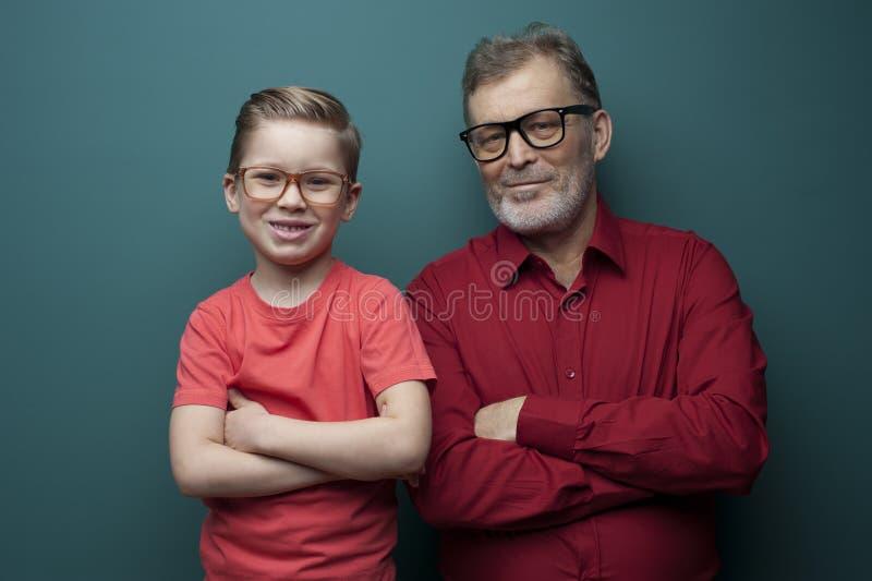Portret van positieve leuke grootvader en kleinzoon royalty-vrije stock fotografie