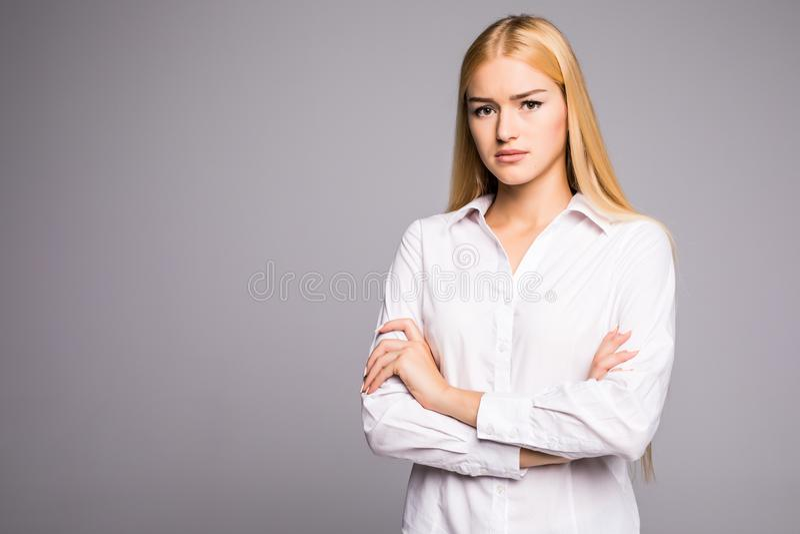Portret van prachtige jonge bedrijfsvrouw op grijze achtergrond stock fotografie