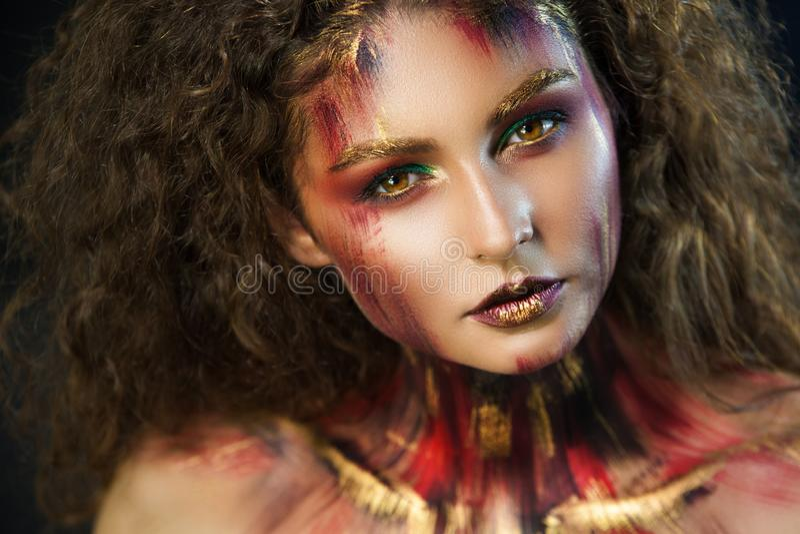 Portret van professionele grimeur van het meisjes de mooie meisje royalty-vrije stock foto