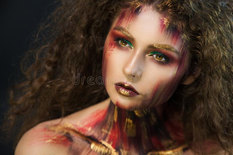 Portret van professionele grimeur van het meisjes de mooie meisje stock foto