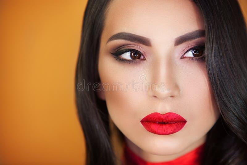 Portret van professionele grimeur van het meisjes de mooie meisje stock foto's