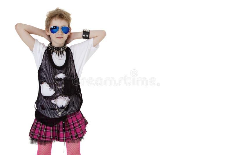 Portret van punkjong geitje in kostuum met handen achter hoofd over witte achtergrond stock foto