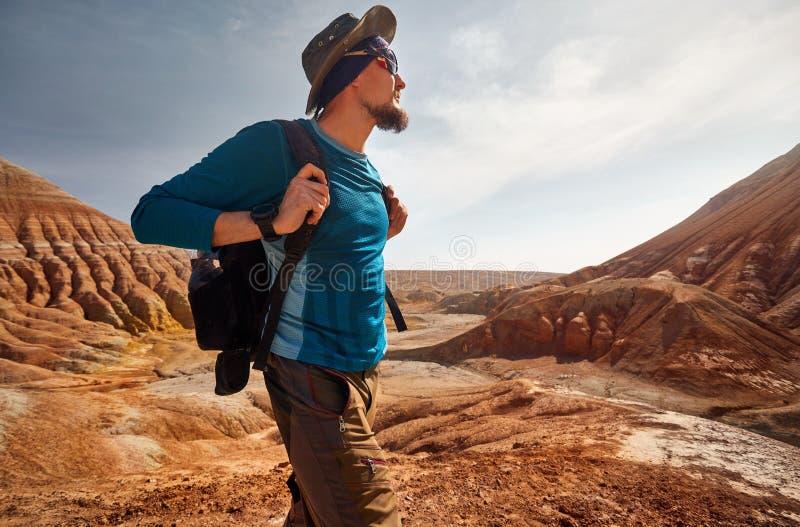 Portret van reiziger in de woestijn stock foto