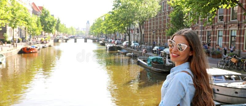 Portret van reizigersmeisje met zonnebril en rugzak het genieten van royalty-vrije stock fotografie