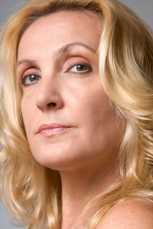 Portret van rijpe blonde vrouw royalty-vrije stock afbeelding