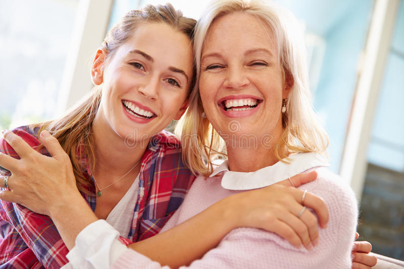 Portret van Rijpe Moeder met Volwassen Dochter thuis stock afbeeldingen