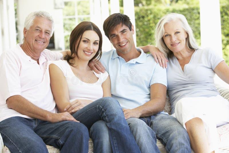 Portret van Rijpe Ouders die met Gegroeide Kinderen ontspannen stock foto