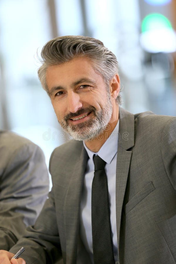 Portret van rijpe succesvolle zakenman royalty-vrije stock fotografie