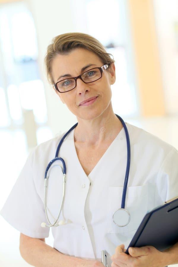 Portret van rijpe verpleegster bij het ziekenhuis royalty-vrije stock afbeeldingen