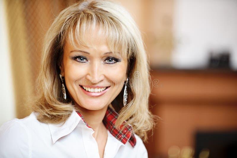 Portret van rijpe vrouw royalty-vrije stock foto's
