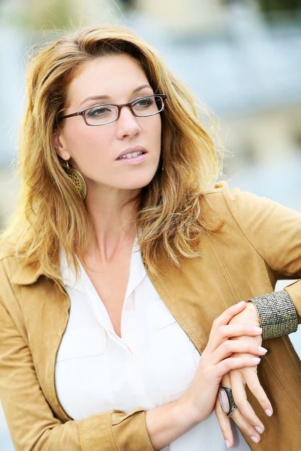 Portret van rijpe vrouw die oogglazen dragen stock fotografie