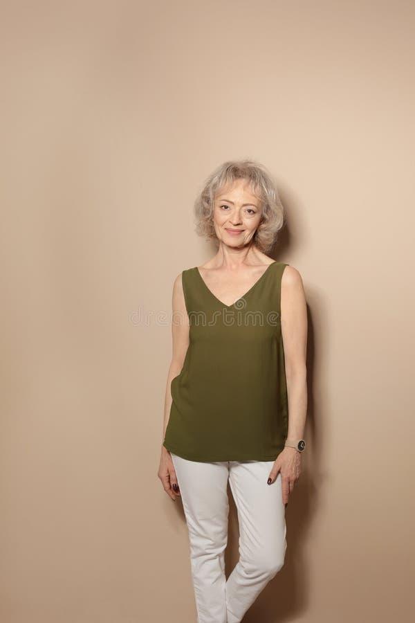 Portret van rijpe vrouw stock foto's