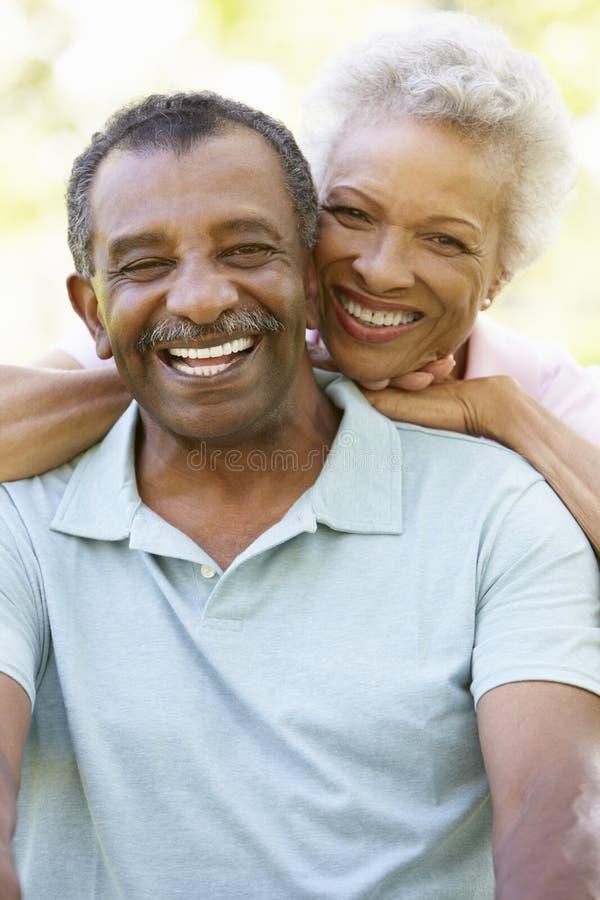 Portret van Romantisch Hoger Afrikaans Amerikaans Paar in Park stock afbeelding