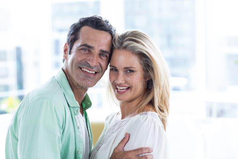 Portret van romantisch paar thuis royalty-vrije stock fotografie