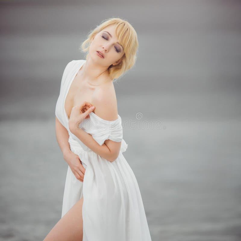 Portret van romantische blonde vrouwen witte kleding royalty-vrije stock foto