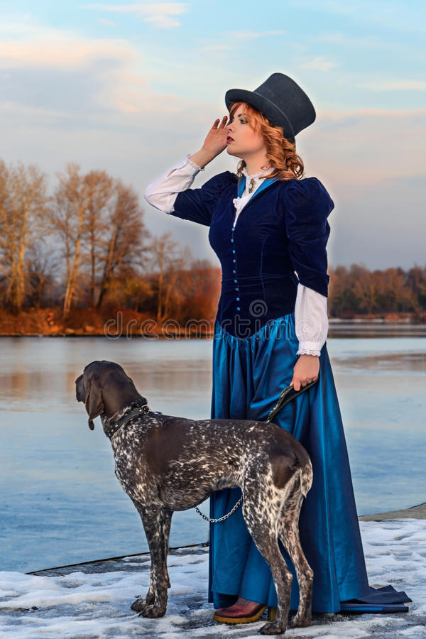 Portret van romantische vrouw in uitstekende kleding op de rivier stock foto