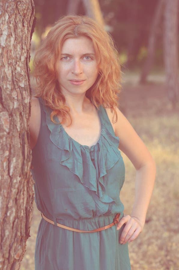 Portret van roodharig meisje met sproeten dichtbij royalty-vrije stock foto
