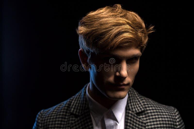 Portret van roodharige knappe kerel op een zwarte royalty-vrije stock foto's