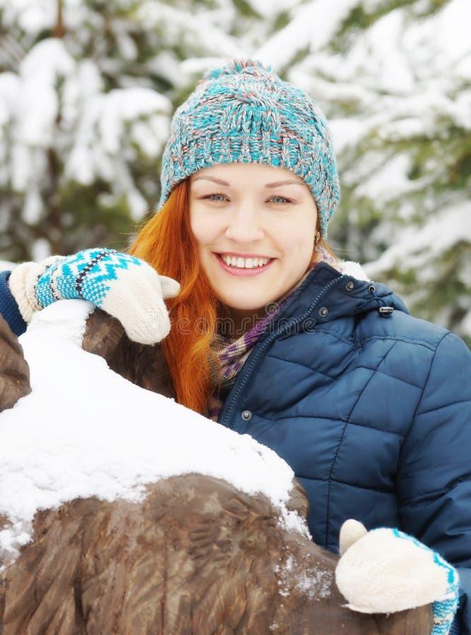 Portret van roodharige mooie jonge vrouw in de winter stock foto's