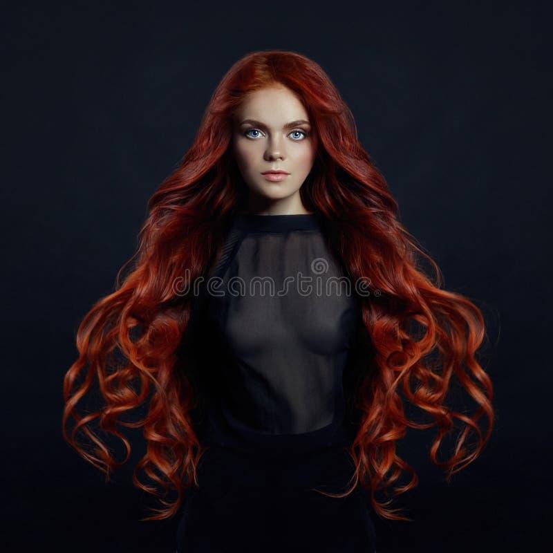 Portret van roodharige sexy vrouw met lang haar op zwarte backgroun royalty-vrije stock afbeelding
