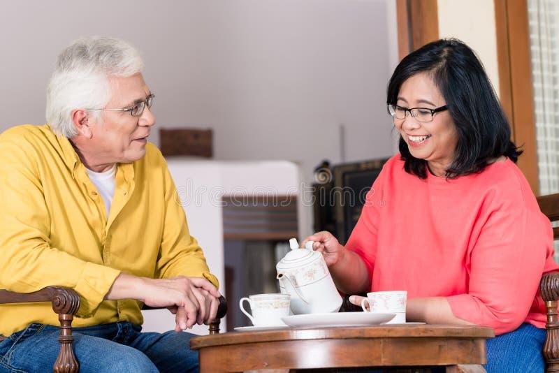Portret van rustig hoger paar die van een kop van koffie genieten bij hom royalty-vrije stock foto's